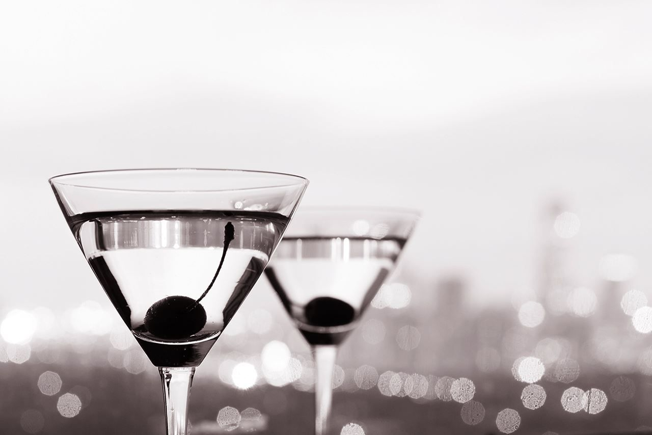 cocteles-martini-fondo-ciudad