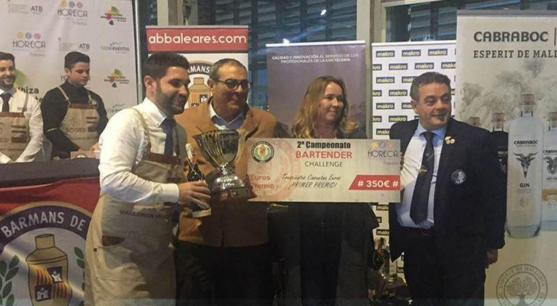 Entrega del trofeo a Javi Pont por Xisco Ordinas e Iben Andsage de HORECA, junto a Barea_Baleares 2018